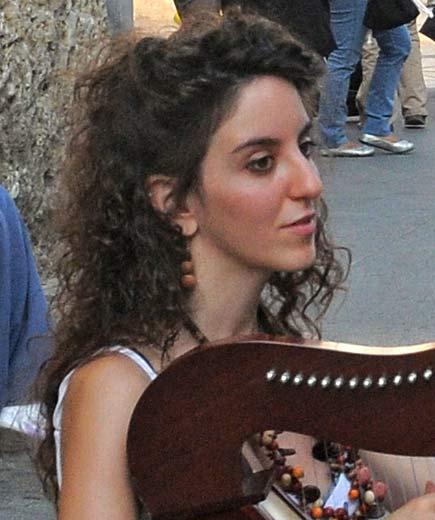 Milano - Ragazza che suona l'arpa in piazza Mercanti