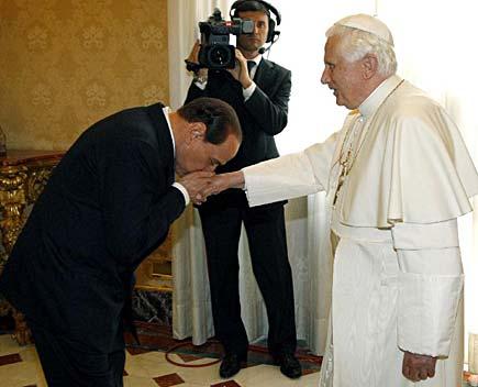 Berlusconi bacia la mano al papa