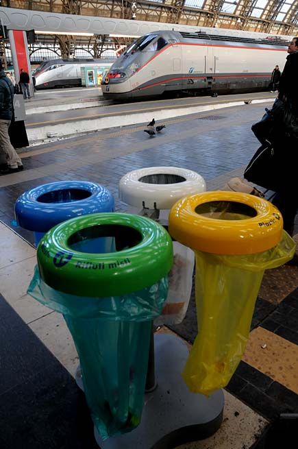 cestini per raccolta differenziata alla stazione Centrale di Milano
