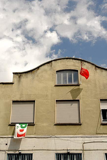 Bandiera del PD e bandiera rossa