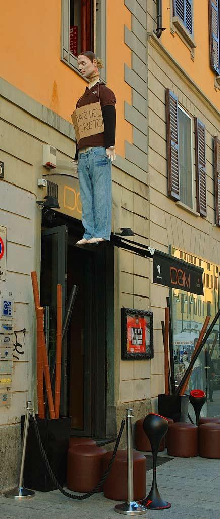 manichini impiccati in corso Como a Milano