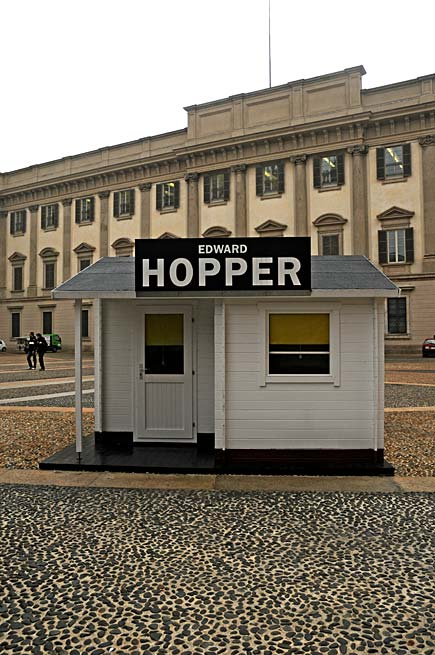 Edward Hopper a Milano - Installazione davanti a Palazzo Reale