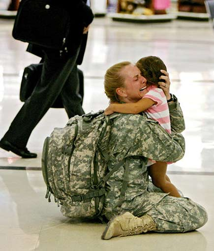 Una soldatessa di ritorno dall'Iraq riabbraccia la figlia