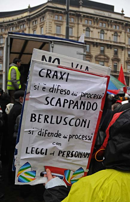 Milano - Cartello contro la via dedicata a Craxi