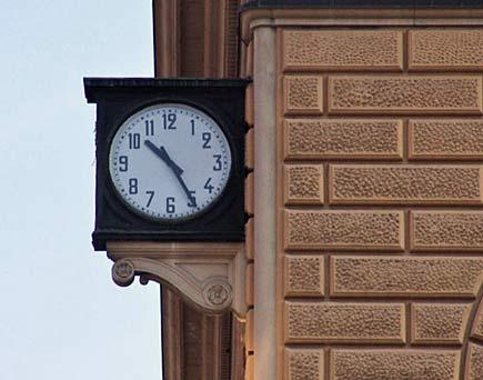 Orologio della stazione di Bologna fermo sulle 10,25 del 2 agosto 1980