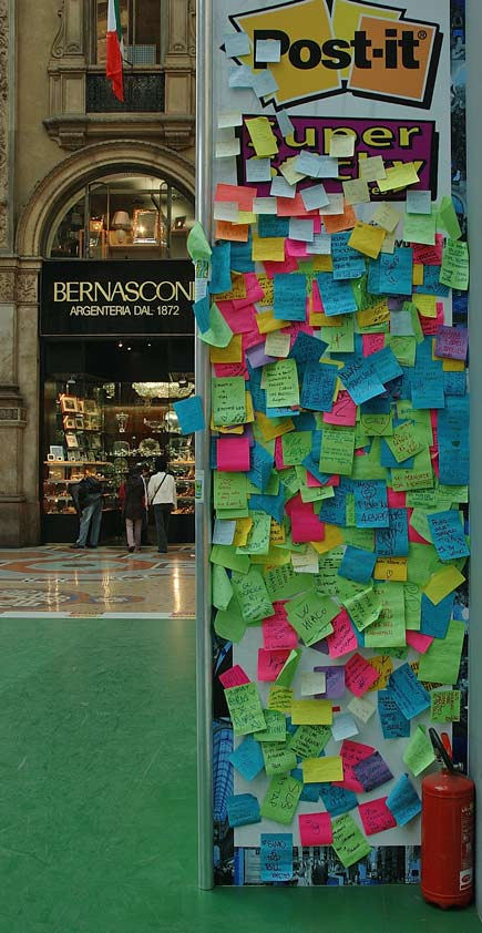 Post-it nella galleria Vittorio Emanuele di Milano